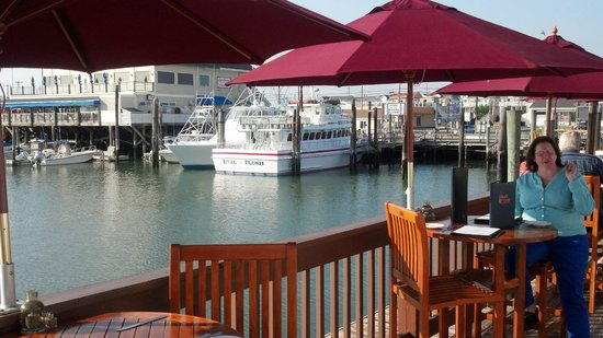 Beach Creek Oyster Bar & Grill : Outside deck alongside the bay-marina