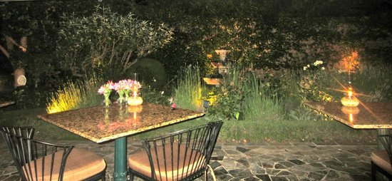 Suzanne's Cuisine : Patio Seating