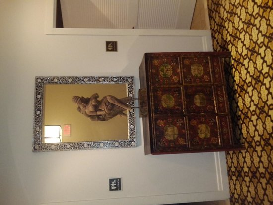 Emerson Resort & Spa: Sculpture in hallway opposite the gym