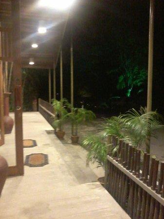 Belum Rainforest Resort : Night view of Hornbill Restaurant corridor