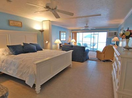 Crescent Tower Beachfront: Very cozy King sized bed with a view of the gulf!!!