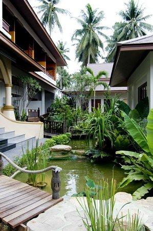 Kanok Buri Resort: Tropical garden