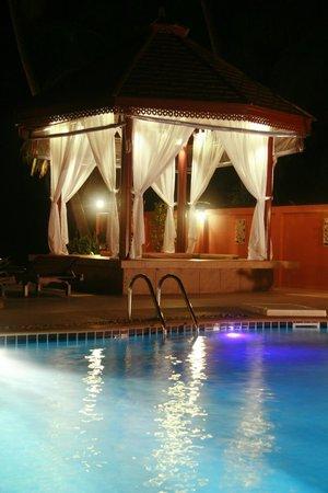 Kanok Buri Resort: Night