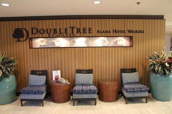 DoubleTree by Hilton Alana - Waikiki Beach: 1F 入口付近