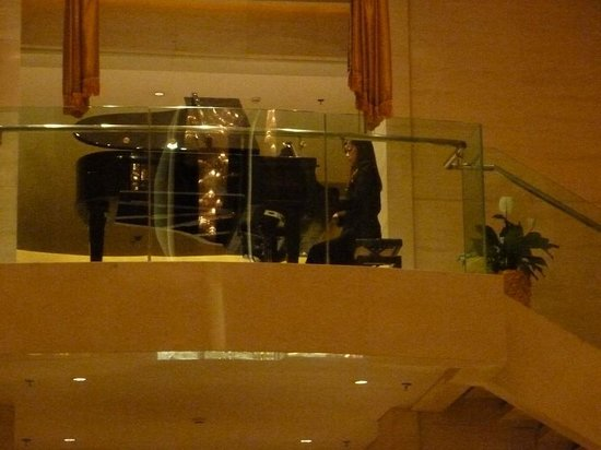 Grand Gongda Jianguo Hotel: Piano Player