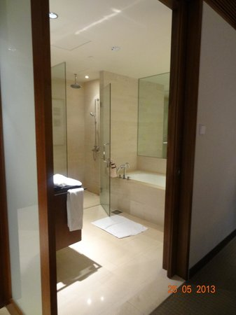Amara Sanctuary Resort Sentosa: Entrance to Bathroom