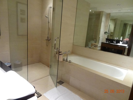 Amara Sanctuary Resort Sentosa: Bathtub and Shower Room