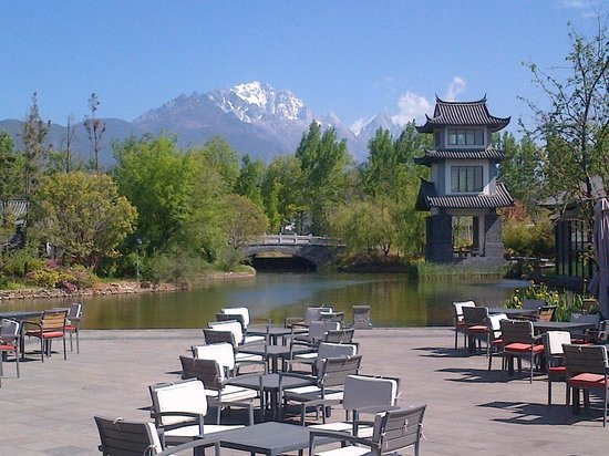 Pullman Lijiang Resort & Spa: Outdoor dining with a view - Pullman Lijiang