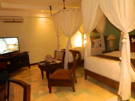 Rama Beach Resort and Villas: Comfy beds with ppt points for each of us!