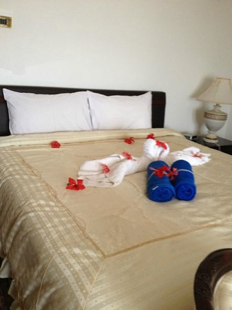 Le Bonheur Villa: Hisbiscus flowers on the bed - on arrival
