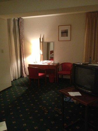 Global Hotel: Desk area