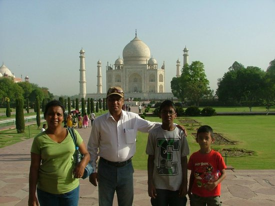 Mughal Caravan Day Tours: Taj Mahal with Guide