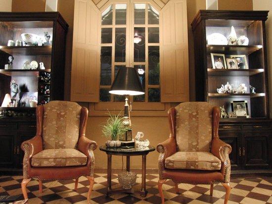 La Perla Hotel Boutique B&B: Living Room sitting room at La Perla B&B