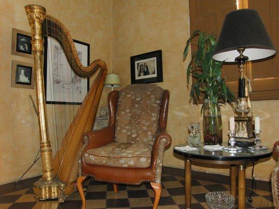 La Perla Hotel Boutique B&B: Lyon and Healy harp at La Perla Hotel Boutique