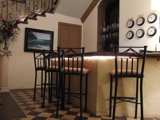 La Perla Hotel Boutique B&B: Bar area at La Perla Bed and Breakfast