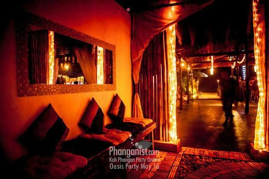 Oasis Aqua Bar & Restaurant: Courtyard Lounge