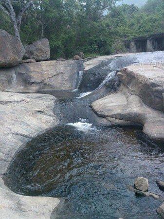 Kumbakkarai Falls: stream in the falls