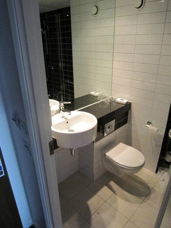 Holiday Inn Express Colchester: Washbasin