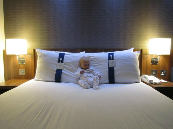 Holiday Inn Express Colchester: Nicely laid out bed