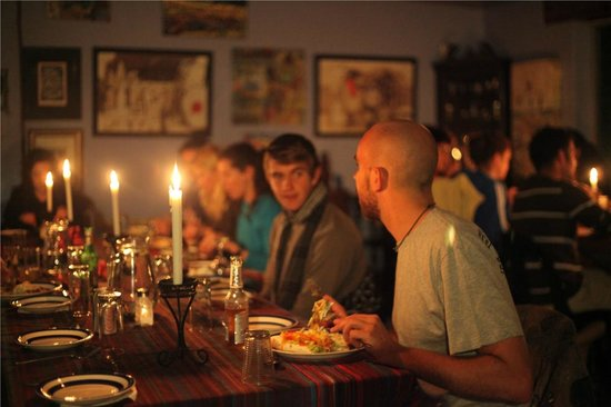 Buccaneers Lodge & Backpackers: A close-knit dinner with fellow travelers