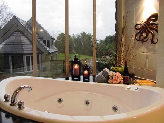 Stone Cottage Bed & Breakfast: Enjoy the spa bath