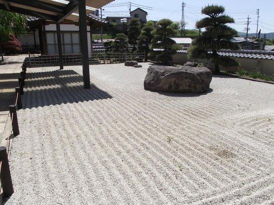 Onsenji Temple: 客殿前の庭園