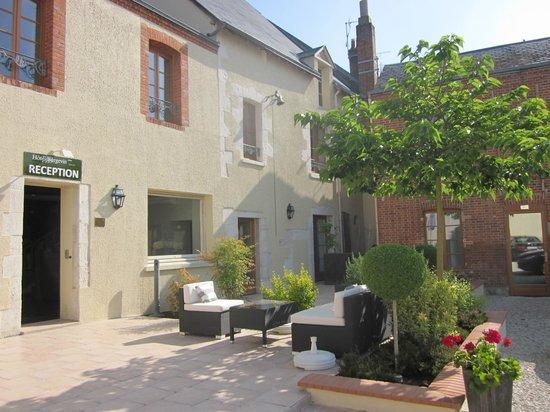 Hotel Burgevin : Terrasse ensoleillée de l'hôtel Burgevin