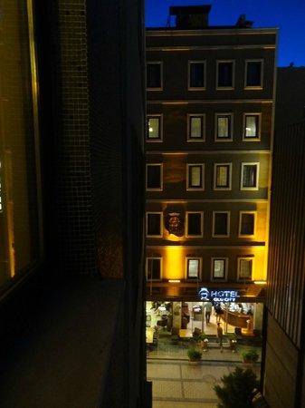 Hotel Ilkay: vistas traseras del hotel a una pequeña parte de la calle
