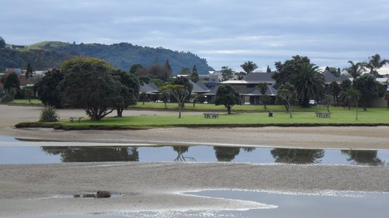 Pacific Harbour Lodge: Looking to Lodge from Pepe Road
