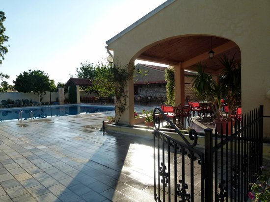 Sunset Hotel: Side view of the pool area