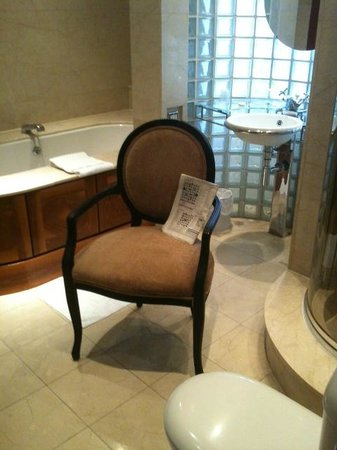 Great Northern Hotel: Bathroom (with newspaper)