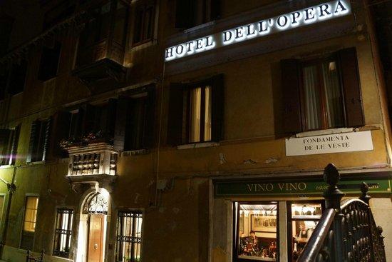 Hotel dell'Opera: Hotel at night