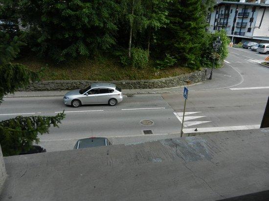 Hotel Liberty Mont Blanc: Chambre donnant sur la route principale