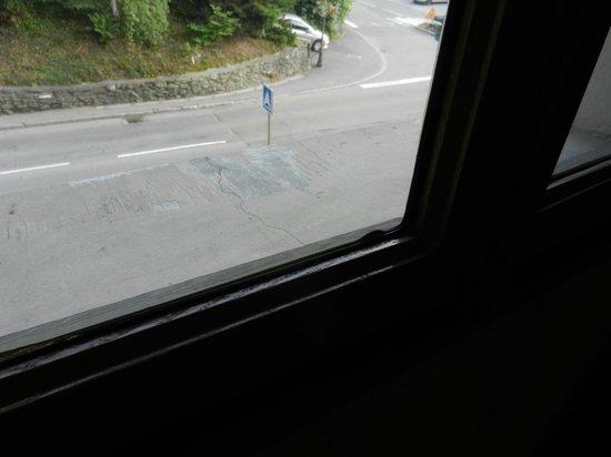 Hotel Liberty Mont Blanc: Simple vitrage pour une chambre donnant sur la route principale