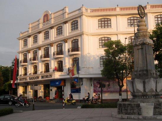 Hotel Saigon Morin: Street corner room