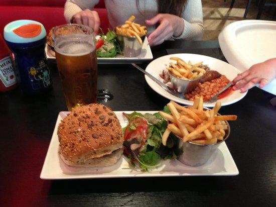 Bank St Bar & Grill: Burgers!