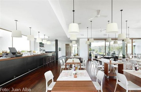 Cafe Botiga Palmanova: large rooms with natural light
