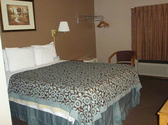 Days Inn Jamestown: Bed