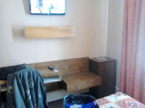 Modern' Est: mini bar/télé