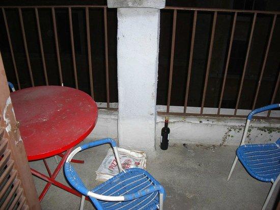 Erdarelli: Balkon - hier noch die Überreste der Vormieter