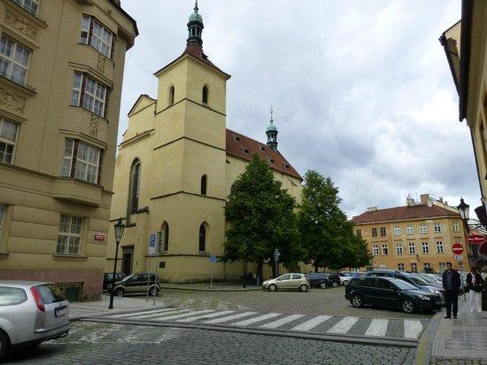 Maximilian Hotel: Hastalska church in front of the hotel