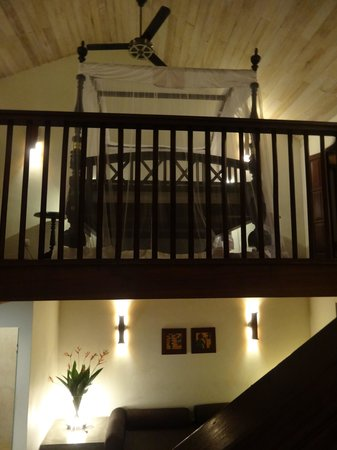 Galle Fort Hotel: Lofted bedroom with 4-poster bed