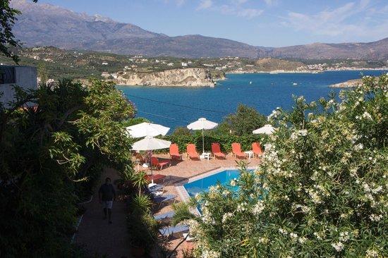 Hotel Emerald: Blick über Pool und Bucht