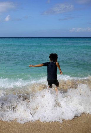 Shangri-La's Boracay Resort & Spa: The waves!