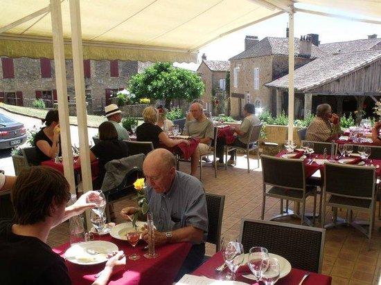 Auberge de Biron : Notre terrasse, au pied du Chateau !