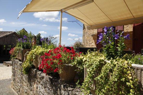 Auberge de Biron : La terrasse de L'auberge