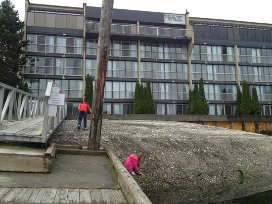 Oceanfront Suites at Cowichan Bay: The kids had tons of fun playing at the beach area