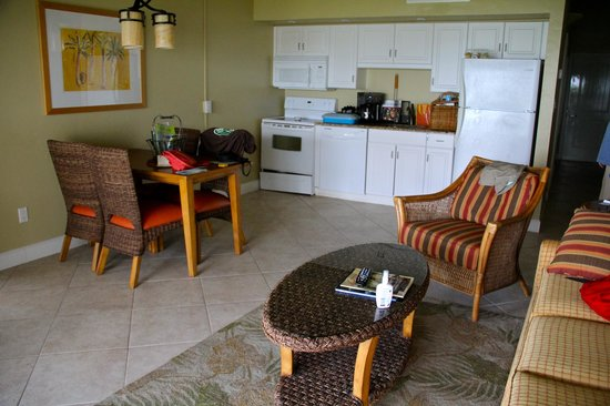 Casa Ybel Resort: dining/family room area with kitchenette