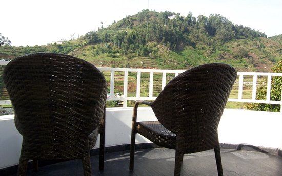 Sterling Kodai Valley: It was bliss to sit on these chairs in the living room balcony and sip our tea or read our books