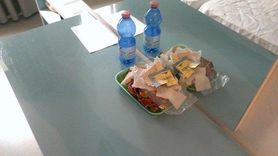 Hotel Mondial: Desk rubbish